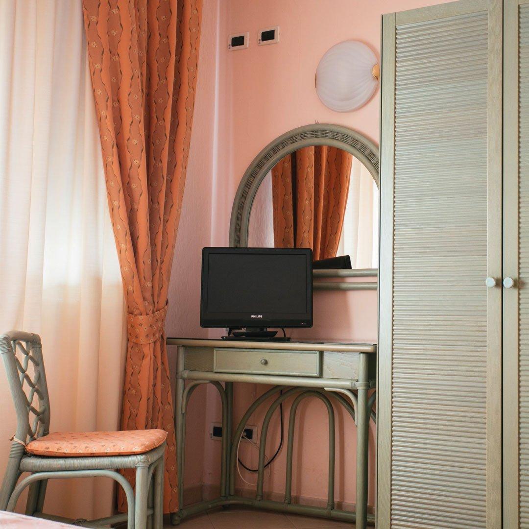 Camera classica con scrivania e tv